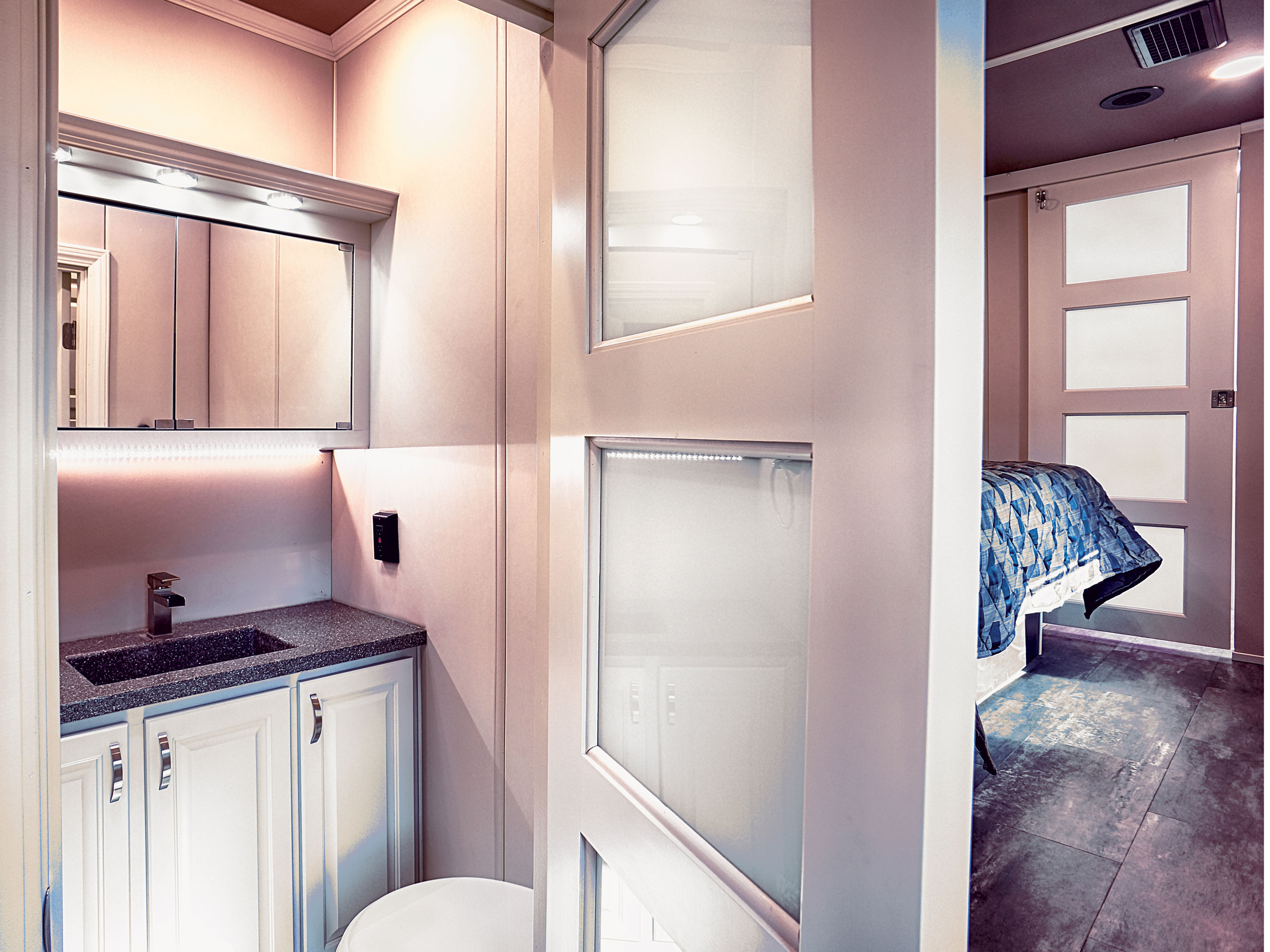 luxury fifth wheel half bath