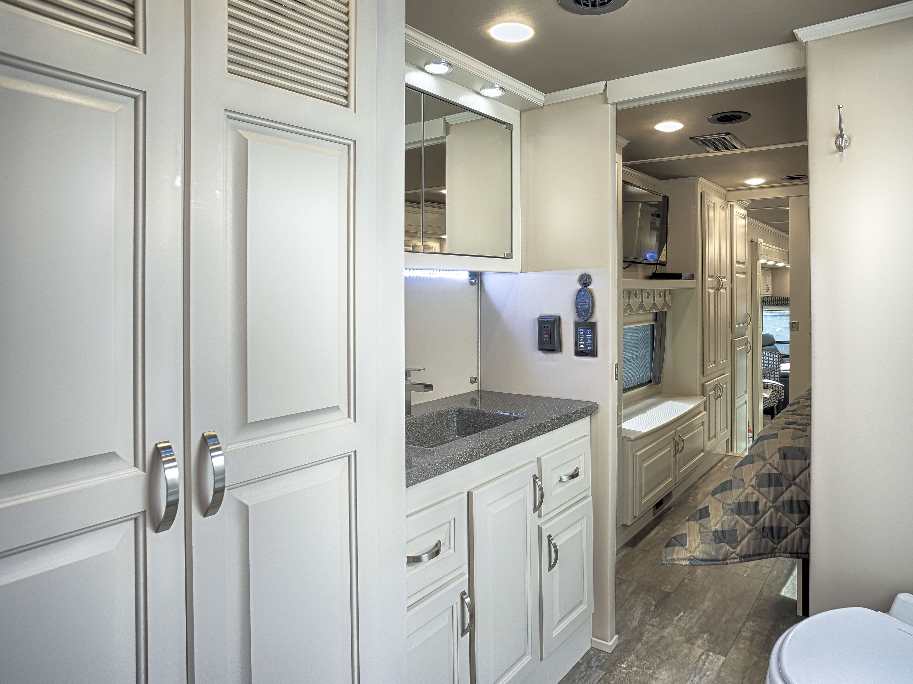 luxury fifth wheel master bath